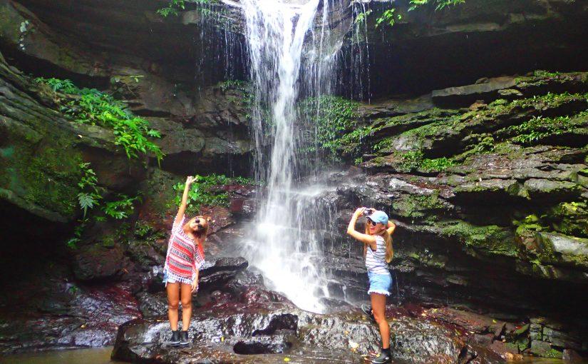 クーラの滝を楽しむ女性2人