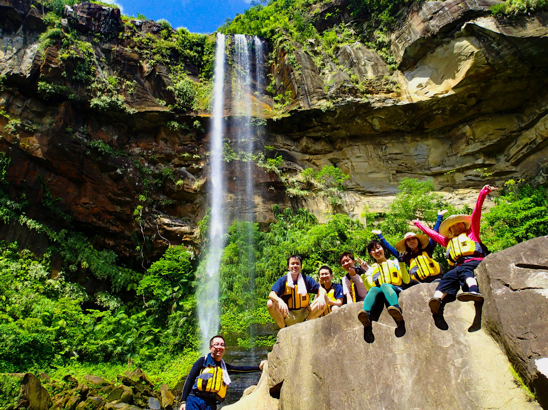 雄大なピナイサーラの滝の前で記念写真