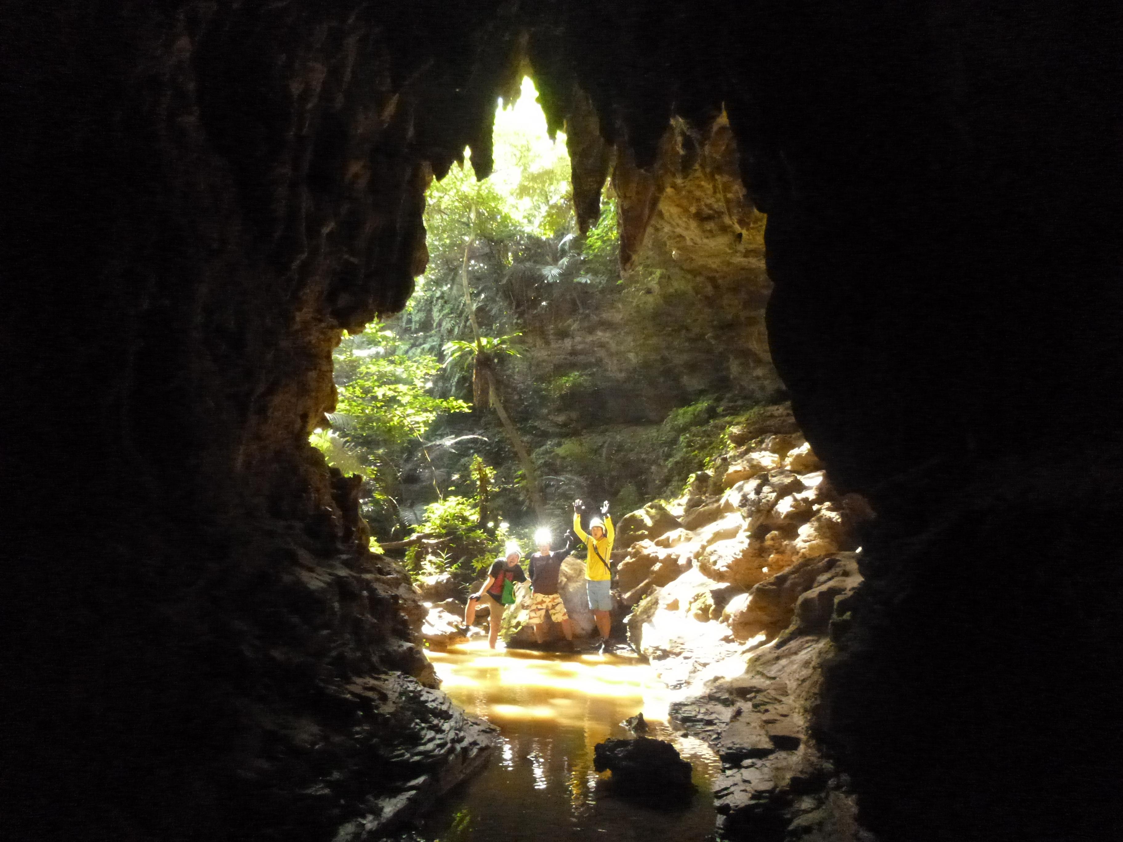 洞窟から外を見た島の風景