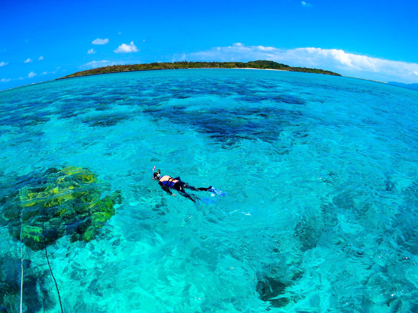 西表島の美しい海ときれいな青空