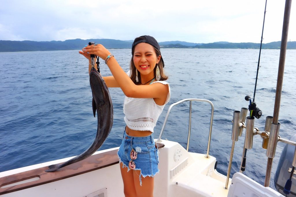 西表でコバンザメを釣る女の子