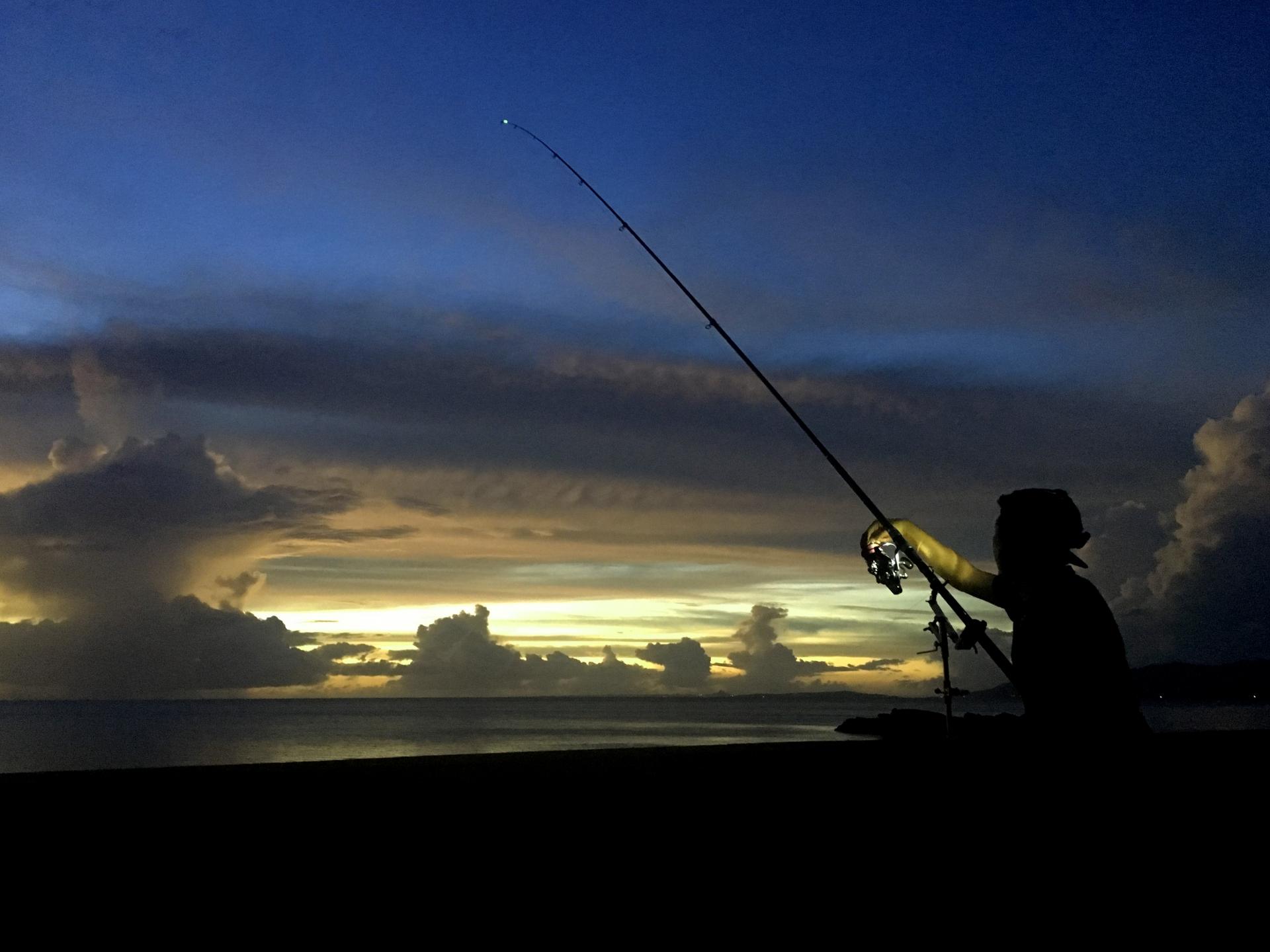 明け方の昇る朝日を見ながらの西表島釣りツアー