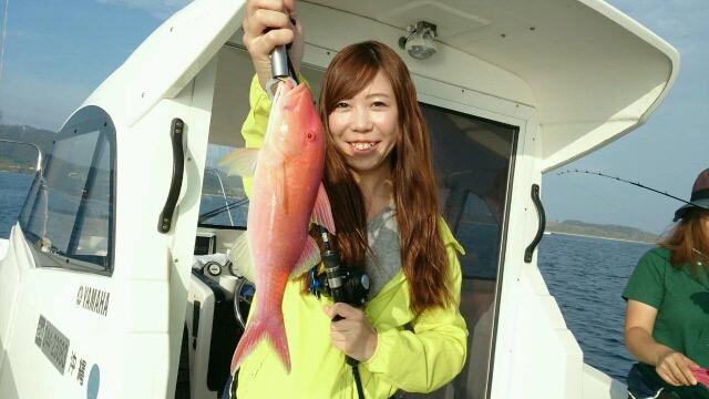 西表島釣りツアーで釣れた魚と女性