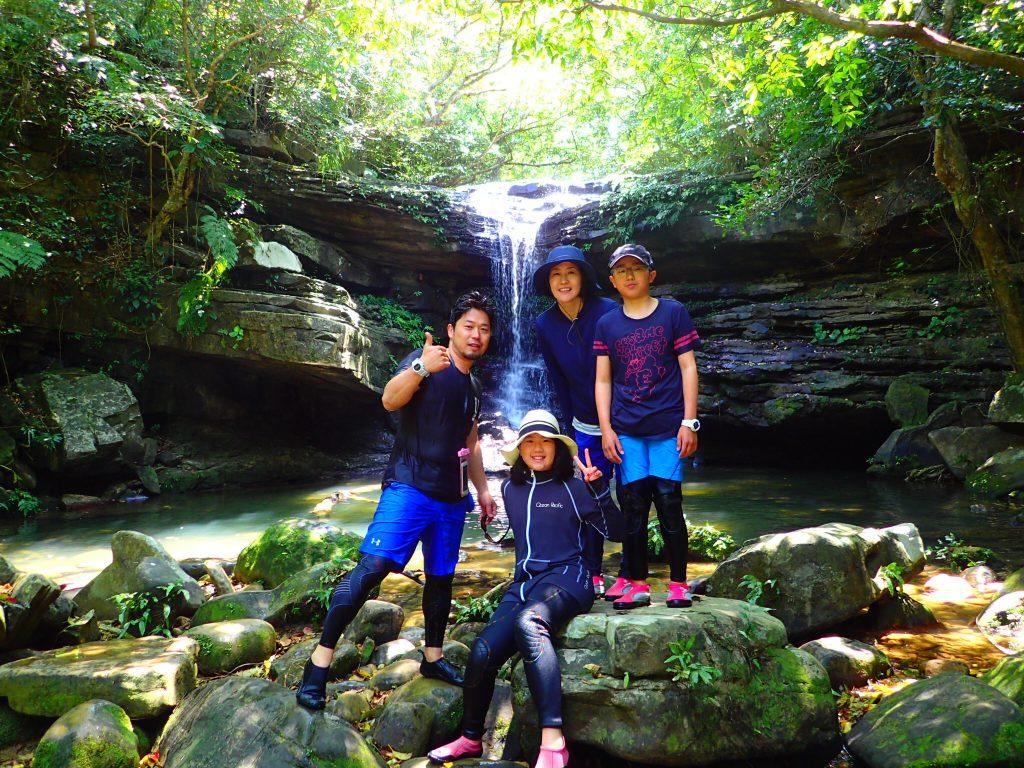 クーラの滝前でみんなで撮影
