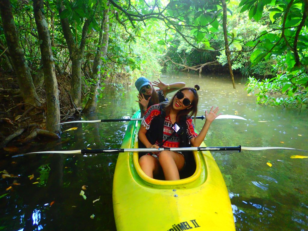 西表ジャングルの中のクーラの滝カヌー