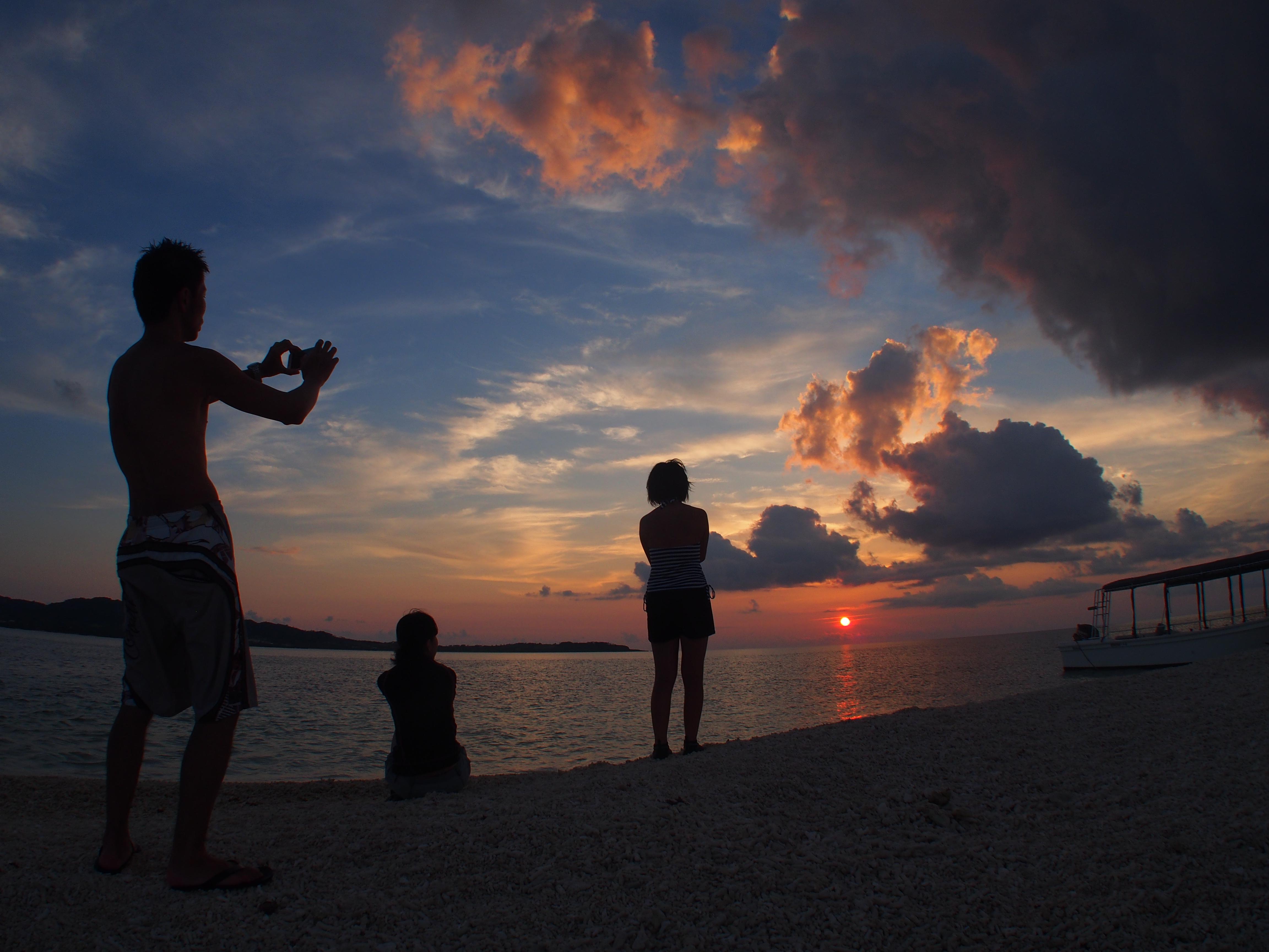 奇跡の島バラス島から沈む夕日を眺める