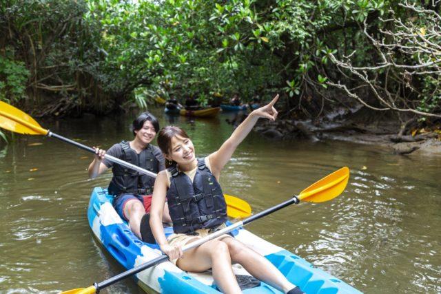西表島でカヌーに乗るカップル