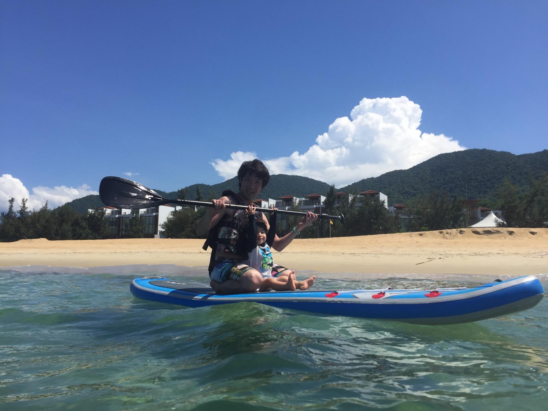 西表島でSUPをSUP楽しむ親子連れ