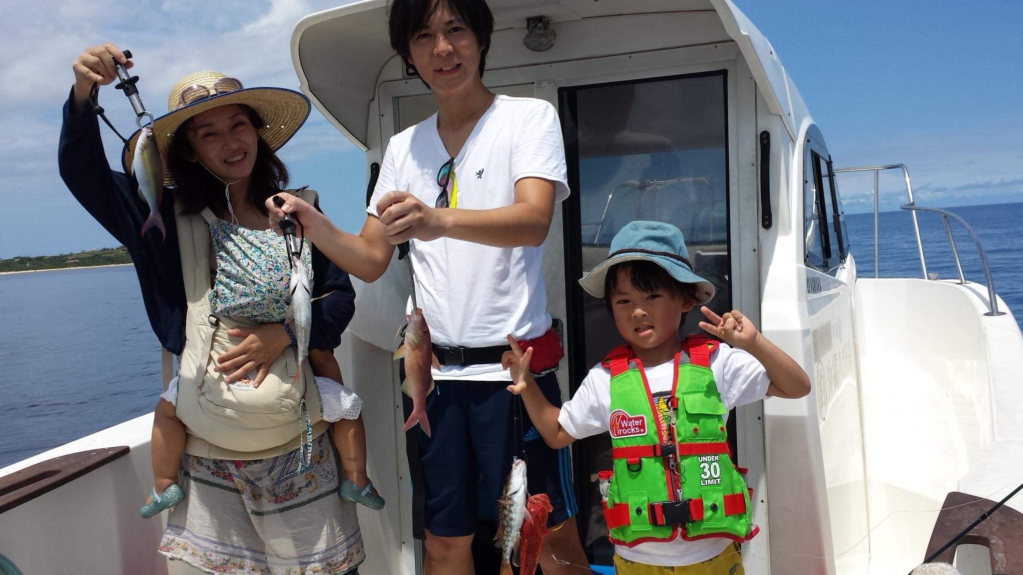 西表島でご家族で釣りを楽しむ
