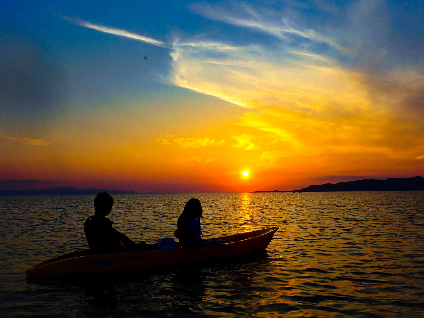 西表島の神々しいサンセットをカップルで見る