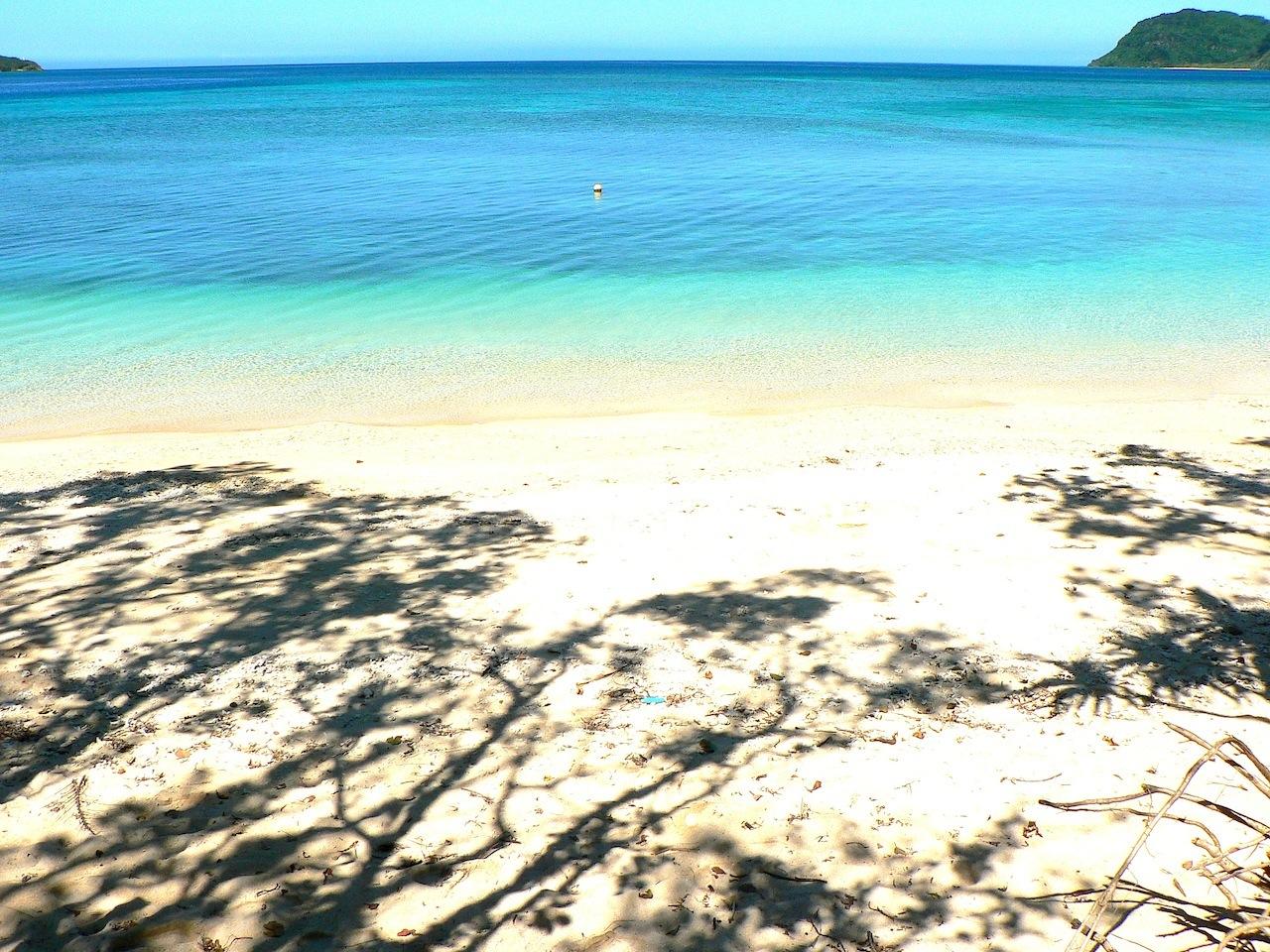 西表島の白い砂浜とエメラルドグリーンの海