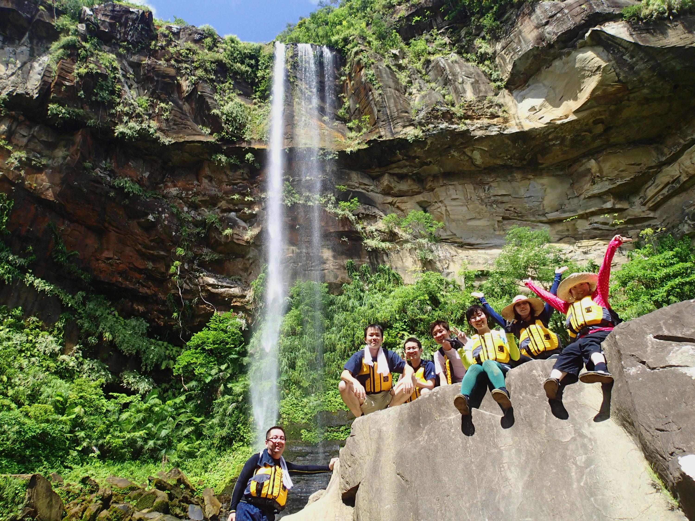 西表島のマングローブをカヤックで行きピナイサーラの滝の前で記念写真