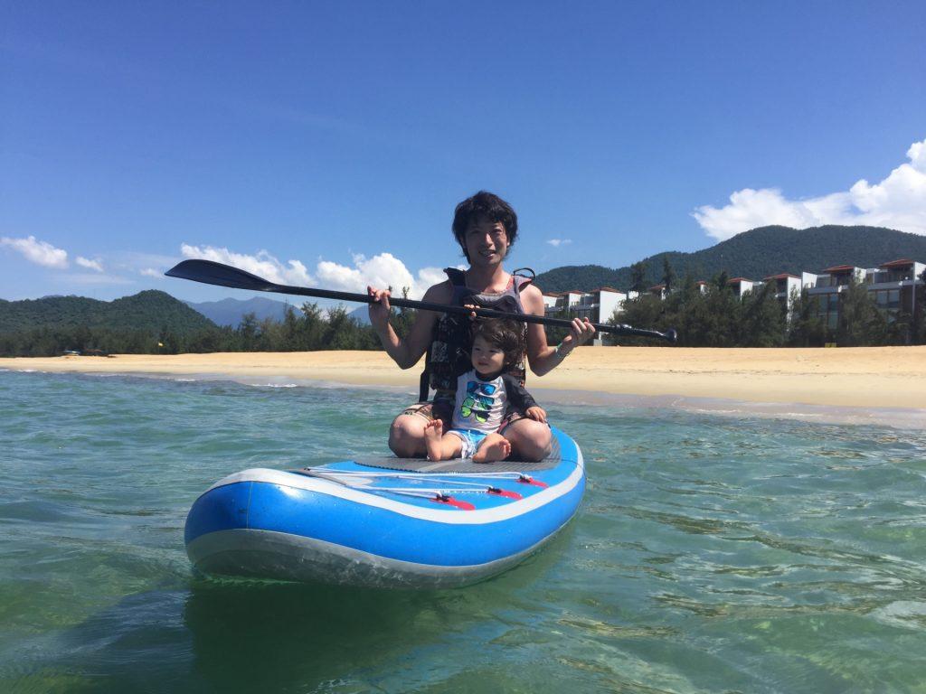 西表島でSUPを楽しむ親子
