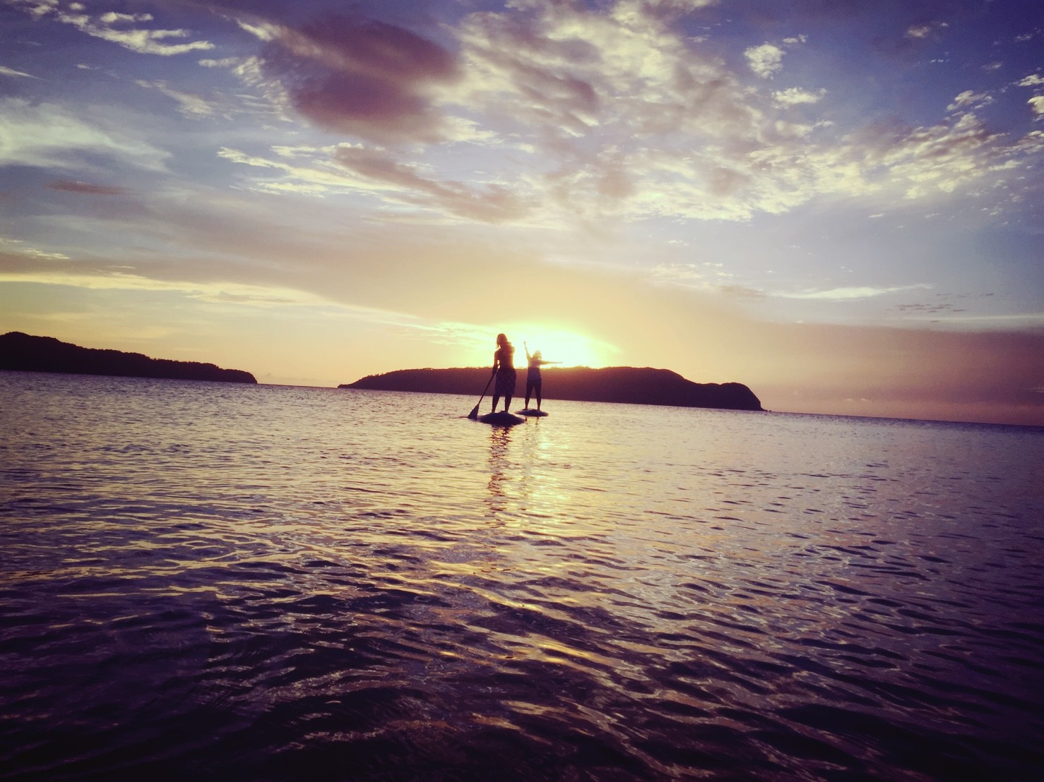 SUPをカップルで望む西表島の日の出