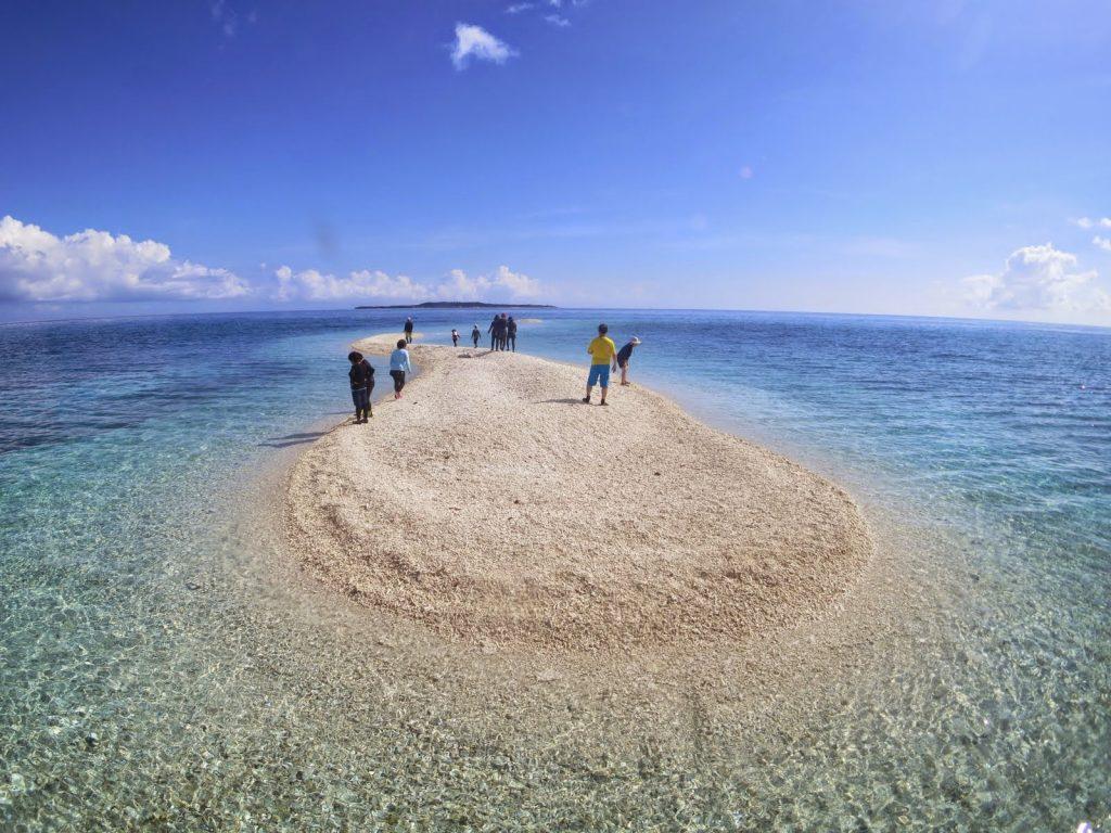 組合旅行での天気のいいときのバラス島上陸