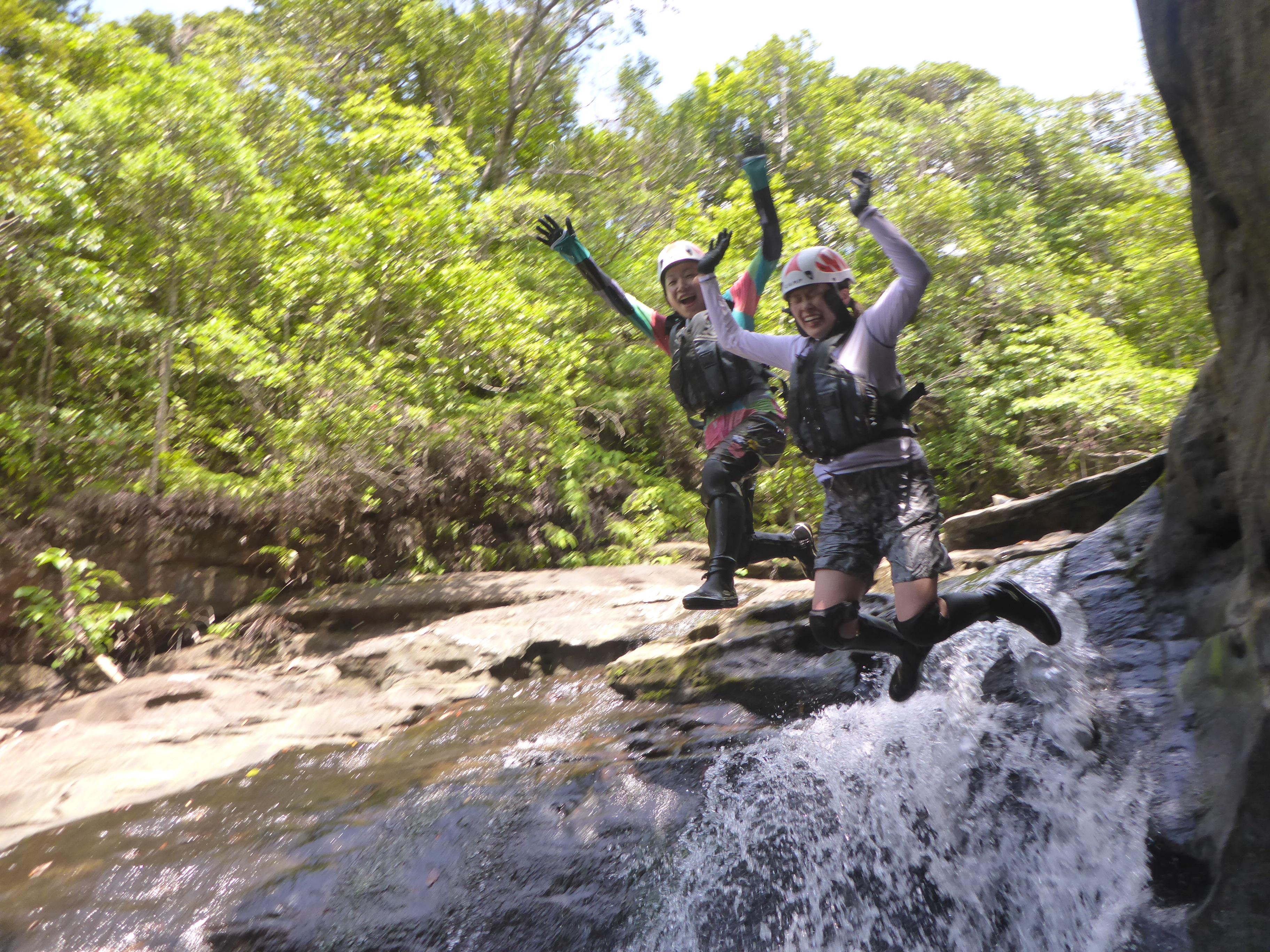 西表島の滝にアクセスして飛び込んで楽しむ
