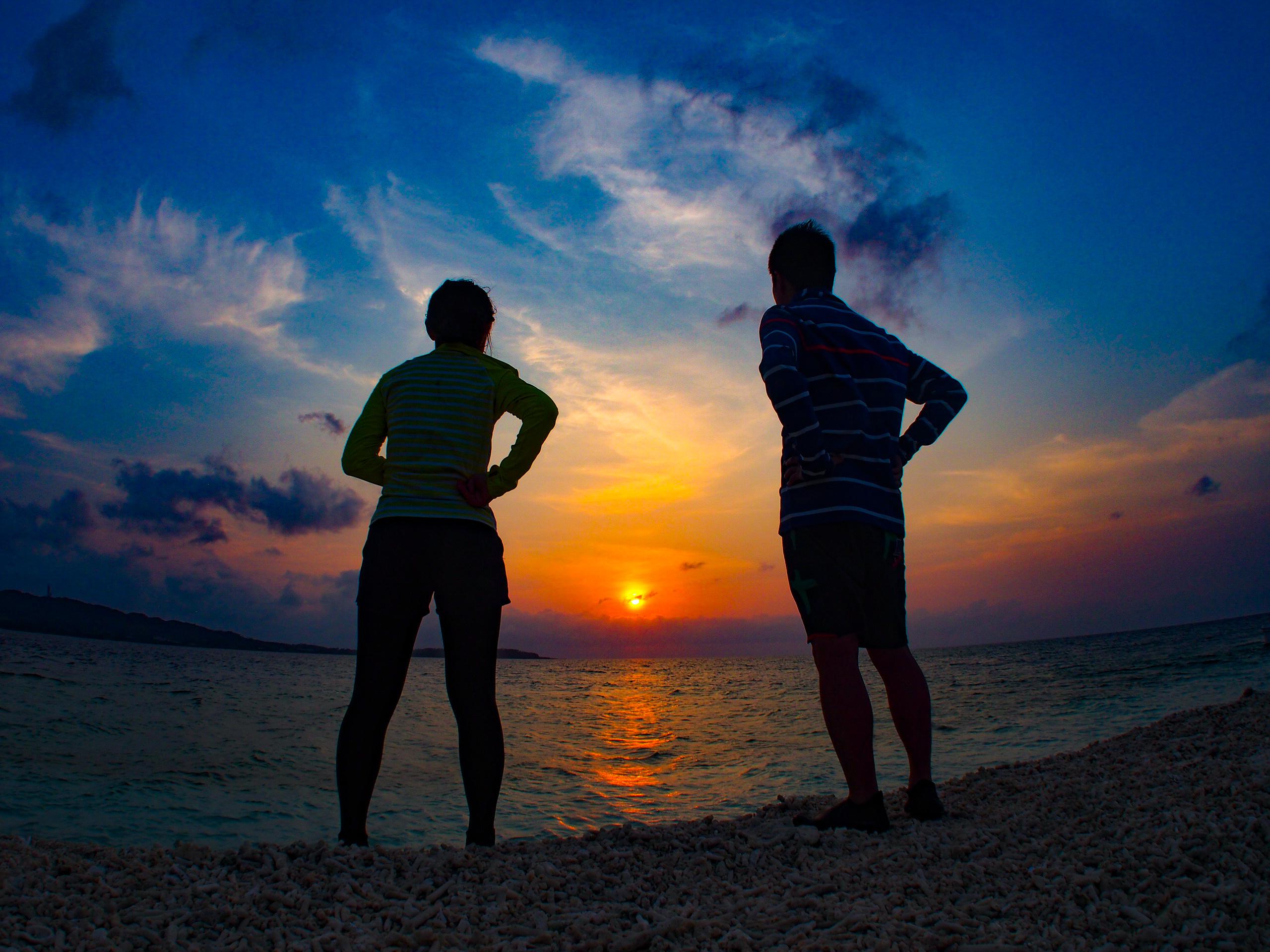 西表島のバラス島で日没を観察