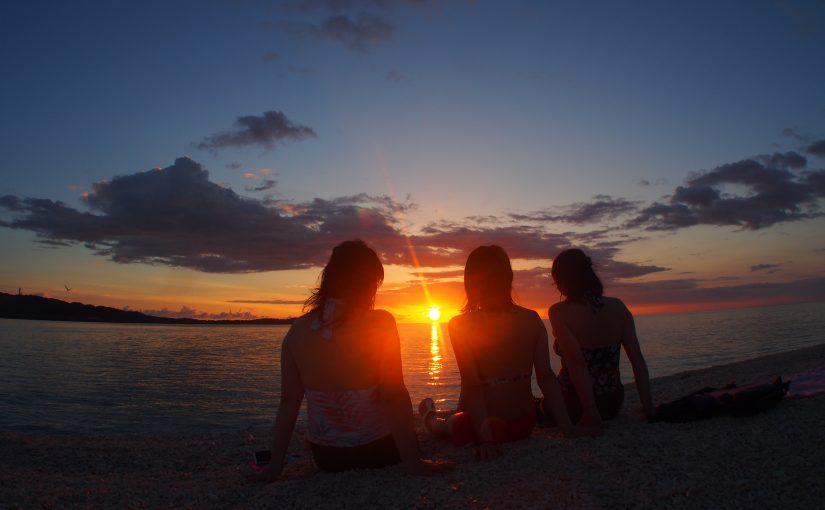 バラス島で夕日を見る女子達