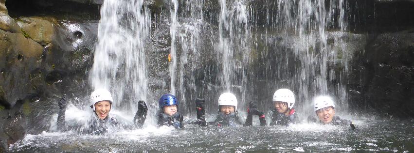 ピナイサーラの滝つぼでみんなでずぶぬれ