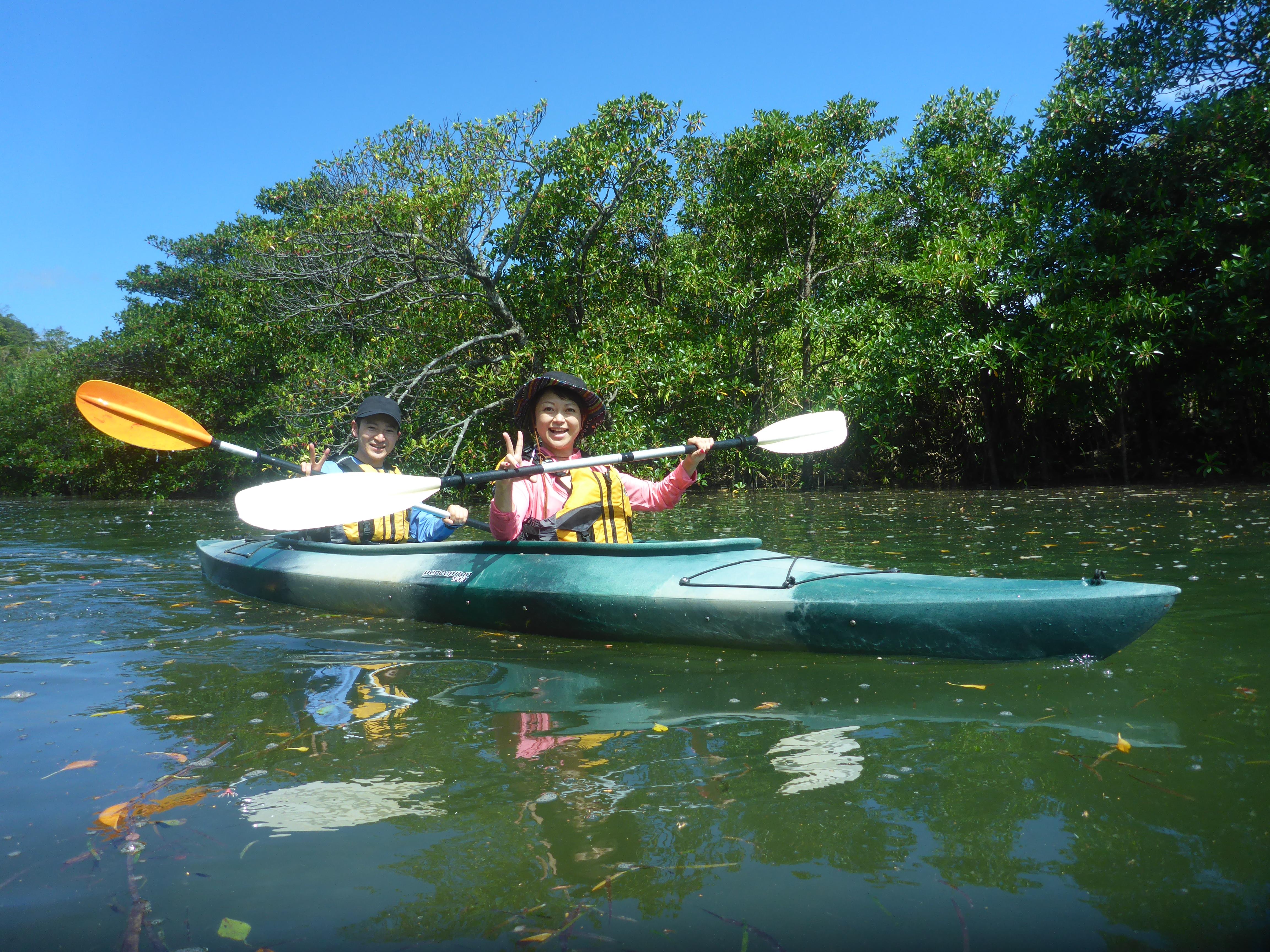 西表島でカヌーを楽しむカップル