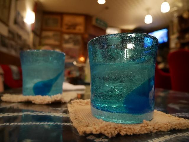 沖縄グラスで泡盛を楽しむ