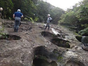 ユツン川の岩盤が削られて出来る西表島で限定ポットホール