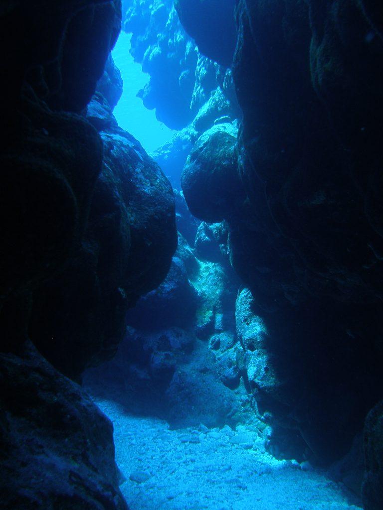 海底にたどり着くダイバー