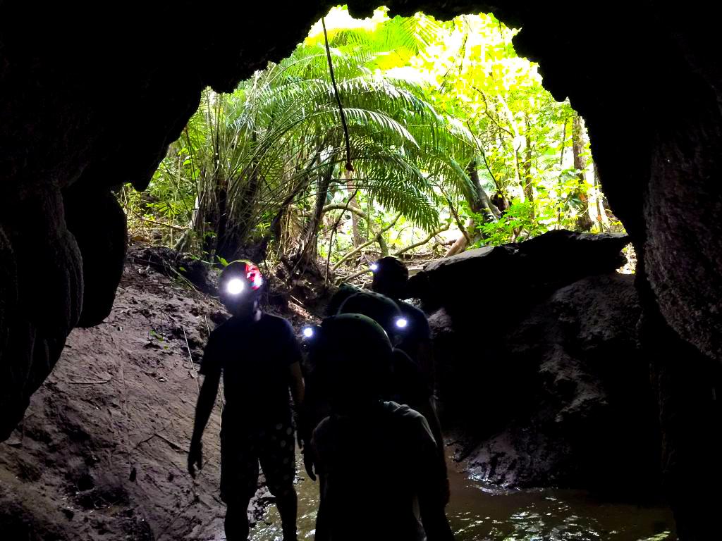 社員旅行で洞窟を探検する