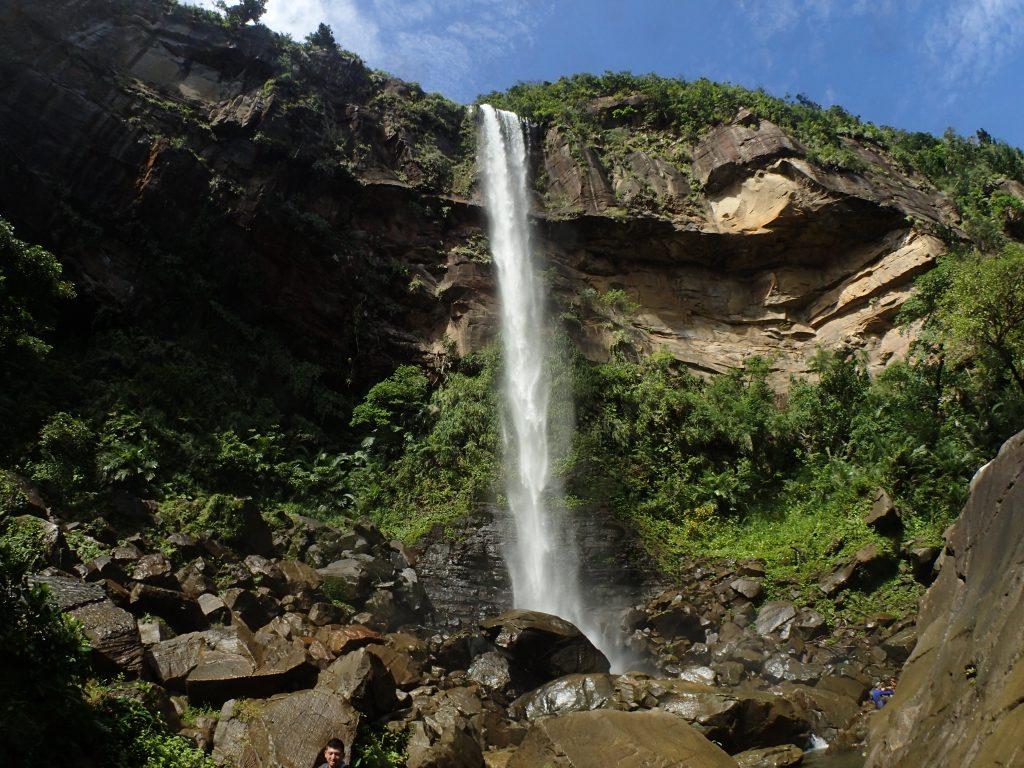 団体旅行でピナイサーラの滝つぼ