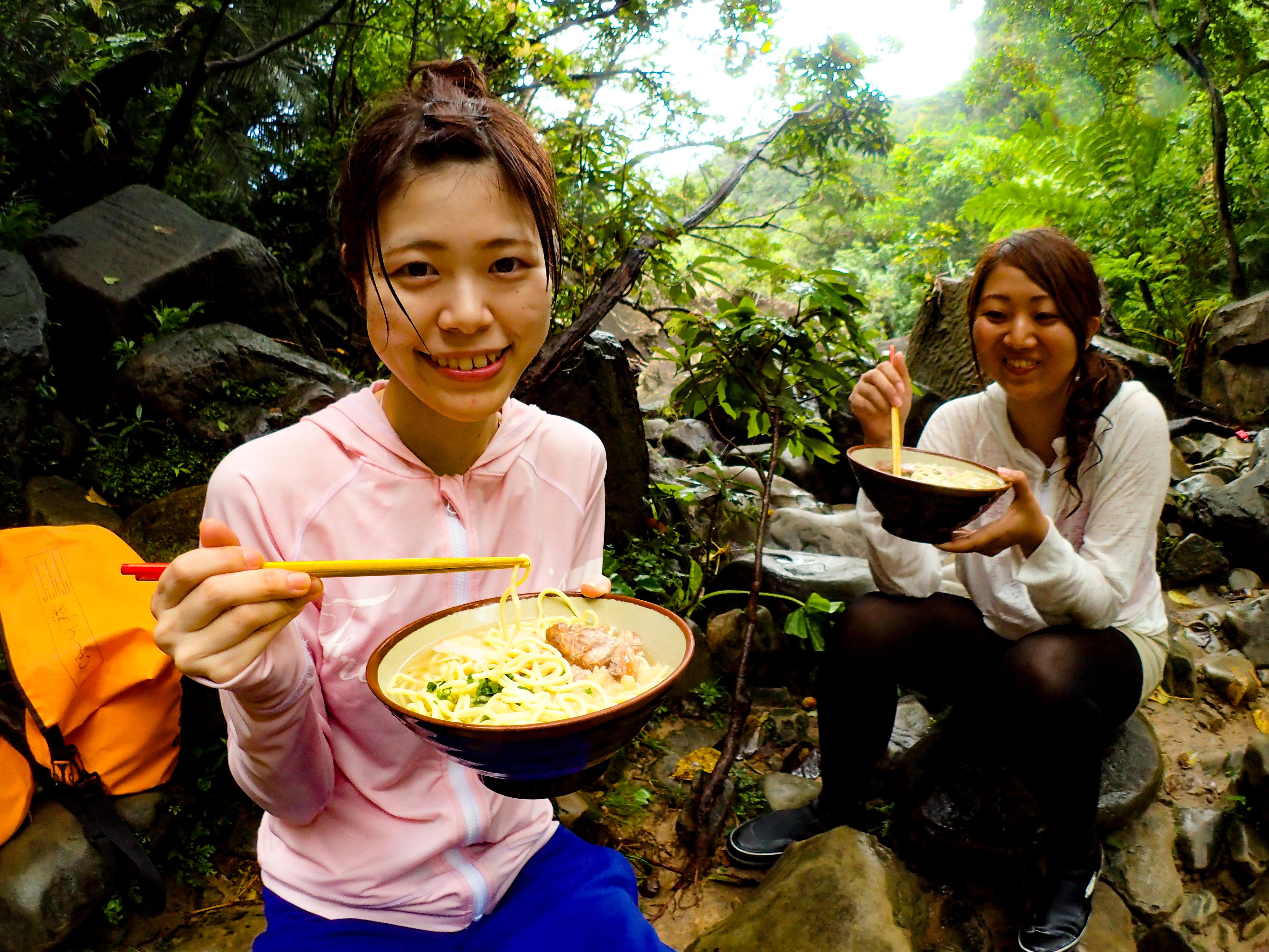 ピナイサーラの滝つぼ前で食べる八重山そば