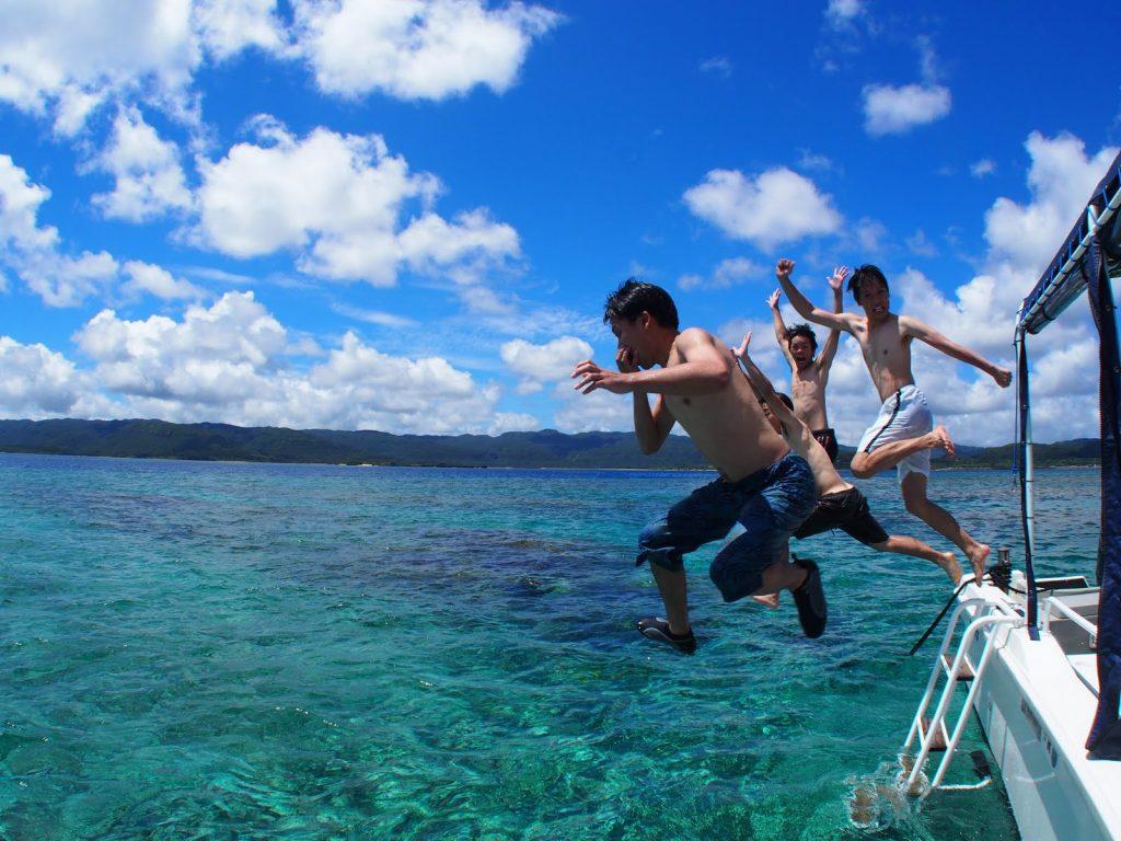 西表島の海へダイブ