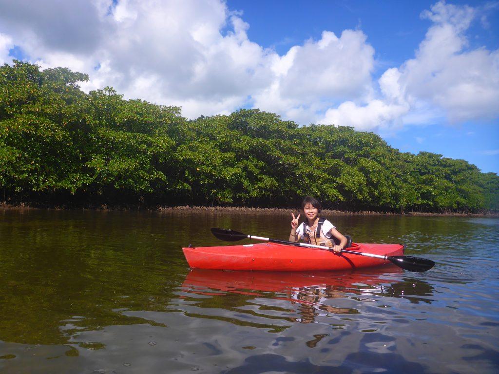 女子旅でカヌーを楽しむ