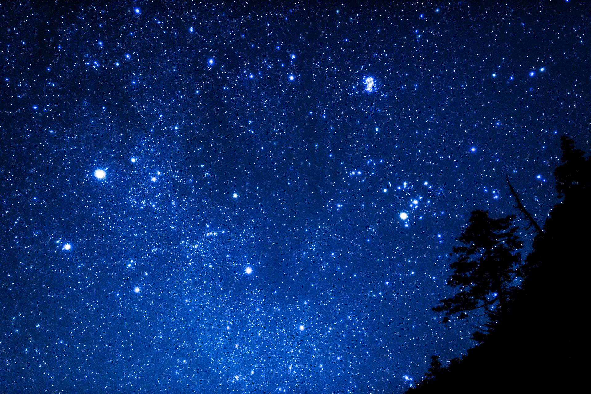 満天の星空が見える西表島の7月の夜空