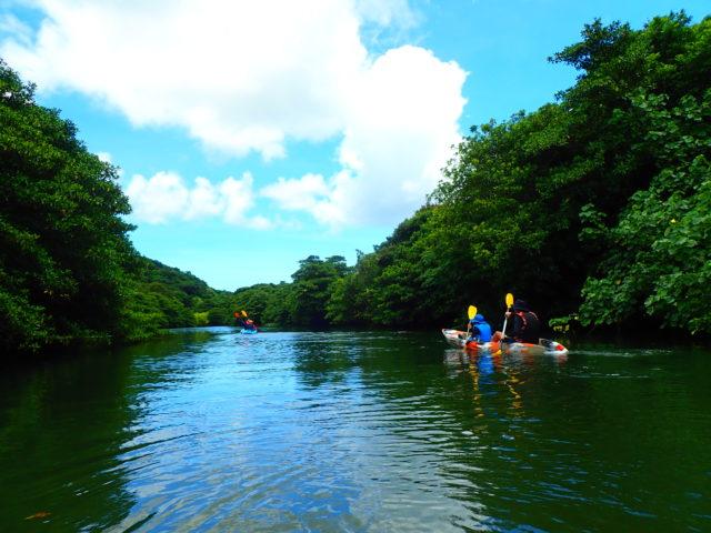 ピナイサーラの滝を目指してカヌーを漕ぐ