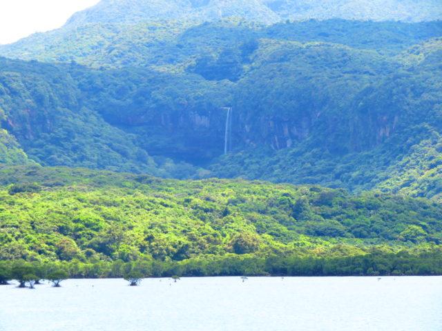 海中道路から見たピナイサーラの滝